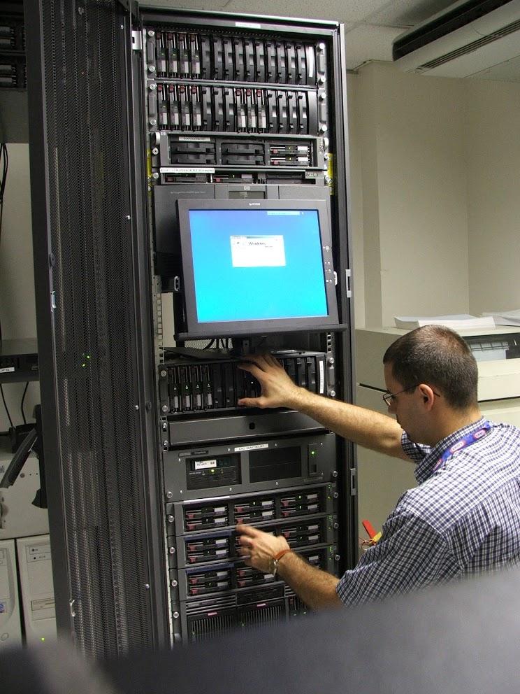 Doglądam serwera wraz macierzami dyskowymi, rok 2005