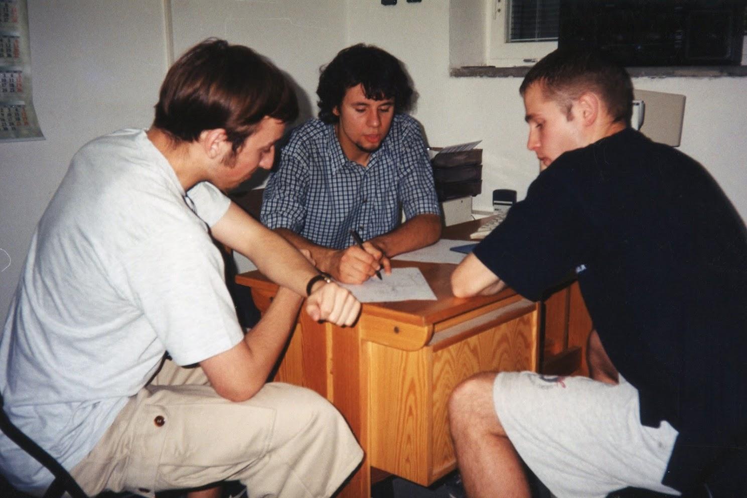 Narada biznesowa w siedzibie naszej firmy, czyli w garażu zaadoptowanym na małe biuro i magazyn, dzięki uprzejmości mojego wujka w jego domu, Poznań, Lato 1999, od lewej: Tomek, Błażej, Marcin