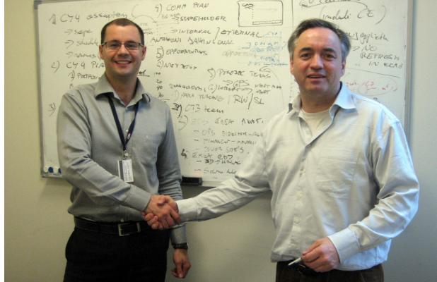 Fotografia: Uścisk dłoni z moim mentorem po całym dniu planowania nowego projektu, Od lewej: Błażej, Richard rok 2007